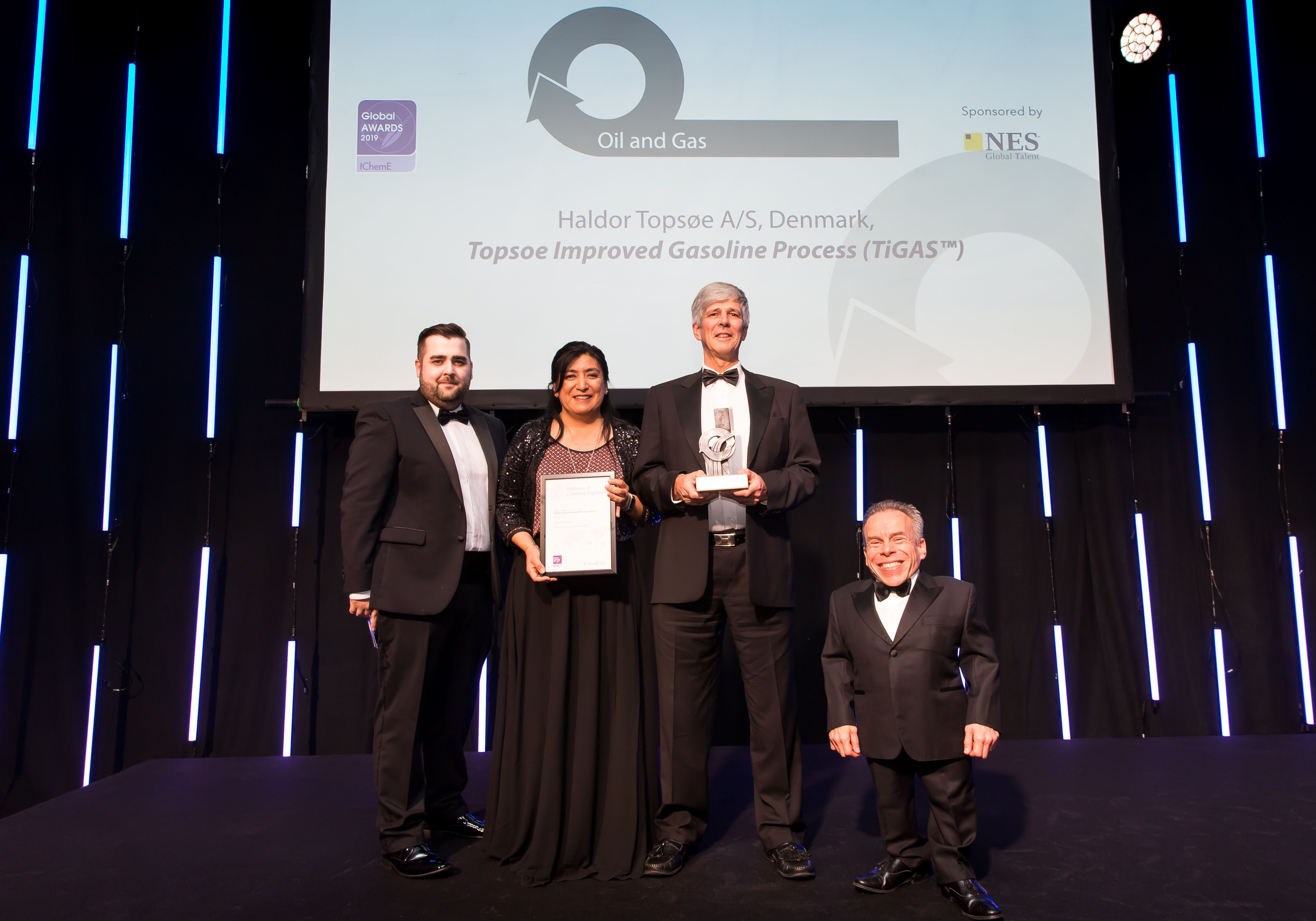 Angelica Hidalgo Vivas and Finn Joensen (center), receive the IChemE Global Award Oil and Gas 2019 for the TIGAS™ technology on behalf of Topsoe.