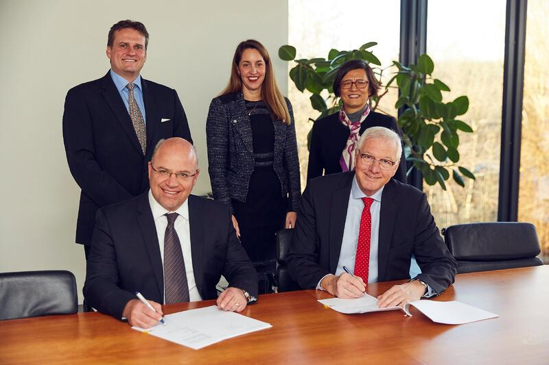 Acting Executive Vice President of Sasol, Marius Brand, (left) and CEO and President of Topsoe, Bjerne S. Clausen, signed the partner agreement witnessed by (from left to right) Vice President of Sasol, Theo Pretorius, Deputy CEO of Haldor Topsoe, Amy Hebert, and Vice President of Topsoe, Fei Chen.