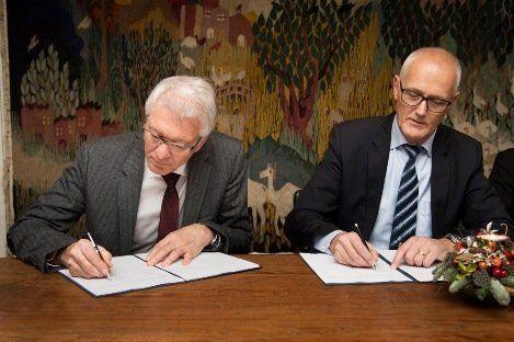 托普索公司首席执行官Bjerne S. Clausen先生与IFU首席执行官Tommy Thomsen 签署投资协议