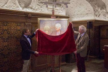 Artist Michael Melbye and Flemming Topsøe revealing the portrait.
